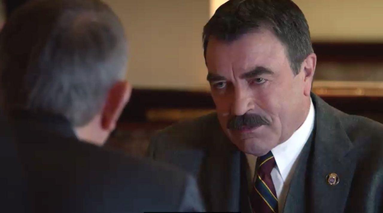 Frank (Tom Selleck, r.) befindet sich in einem Dilemma: Er soll einen Senator decken, der seine Affäre mit einer Mitarbeiterin vertuschen will. Dies... - Bildquelle: 2014 CBS Broadcasting Inc. All Rights Reserved.