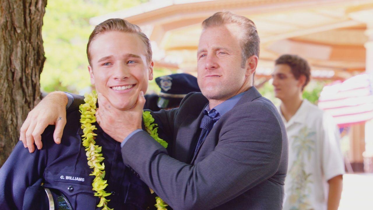 Während das Hawaii Five-0 Team eine Bombe entschärft, erträumt sich Danny (Scott Caan, r.) in seiner Ohnmacht eine Zukunft als stolzer Vater eines j... - Bildquelle: 2017 CBS Broadcasting Inc. All Rights Reserved.