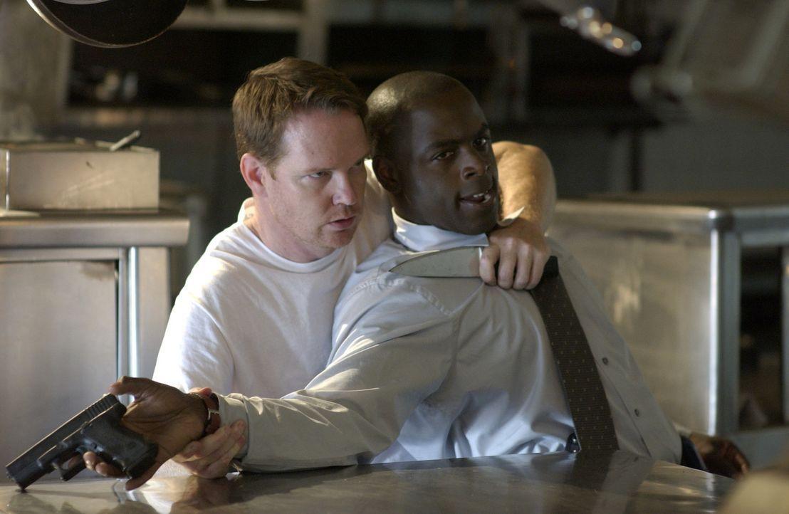 FBI Agent David Sinclair (Alimi Ballard, r.) gerät in die Hände von Roland Haldane (William O'Leary, l.). Werden ihn seine Kollegen befreien könn... - Bildquelle: Paramount Network Television