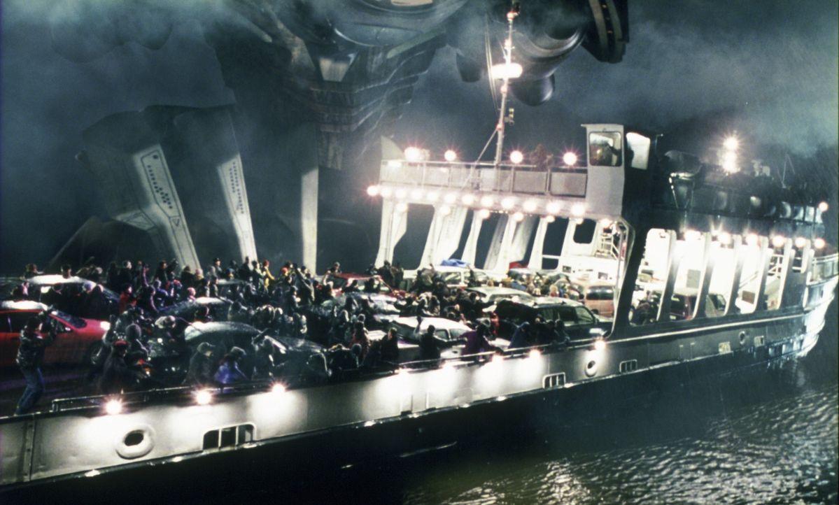 Alle flüchten vor dem riesigen Etwas, das auf drei Beinen steht, Autos und Häuser mit seinen Füßen platt macht und einen Strahl abschießt, dass die... - Bildquelle: 2004 Paramount Pictures All Rights Reserved.