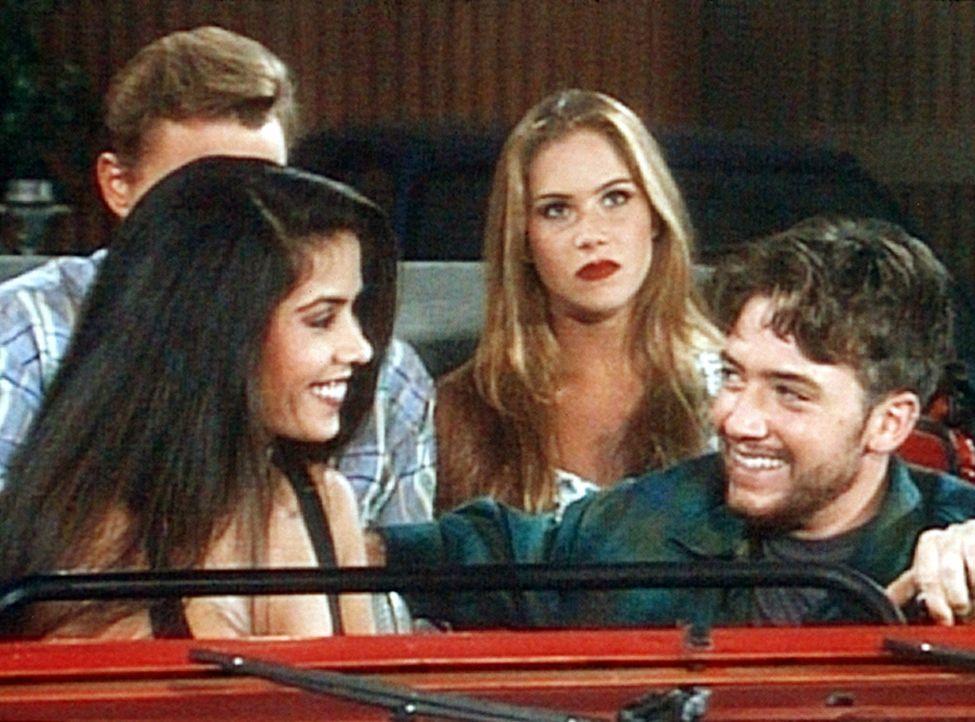 Neuter (Sean O'Bryan), Kelly (Christina Applegate, hinten r.) Sonja (Vaitiare, l.) und Bud (David Faustino, r.) wollen im Autokino etwas erleben. - Bildquelle: Columbia Pictures