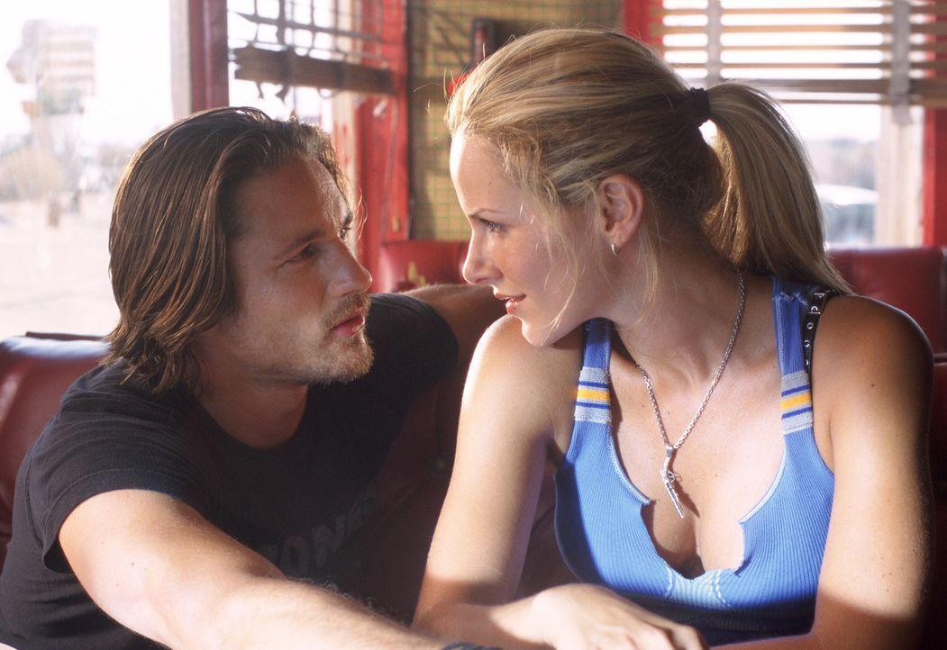 Ist Shane (Monet Mazur, r.) dazu bereit, Ford (Martin Henderson, l.) eine zweite Chance zu geben? - Bildquelle: Warner Bros. Pictures