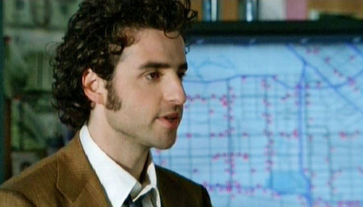 Als begnadeter Mathematik-Professor gelingt es Charlie (David Krumholtz) ein System hinter den Überfällen zu erkennen ... - Bildquelle: Paramount Network Television