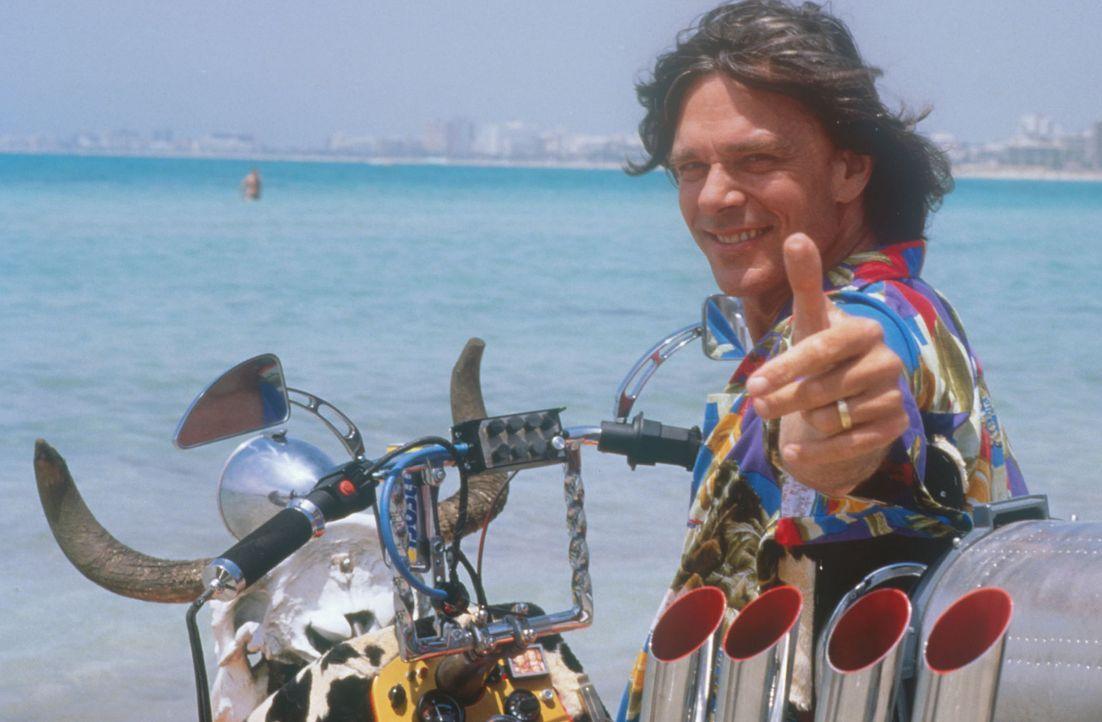 Noch hat Jürgen Drews (Jürgen Drews) seinen Höllen-Jet-Ski nicht gestartet ... - Bildquelle: Constantin Film