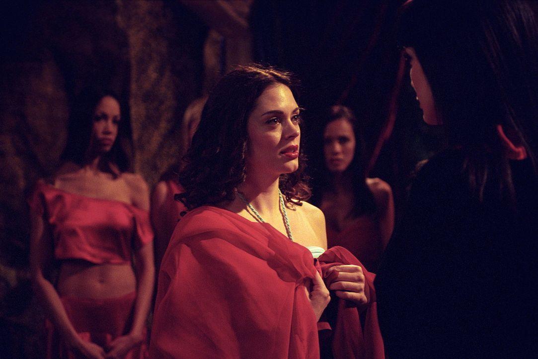 Paige (Rose McGowan, M.) nimmt an den Zeremonien der Vampir-Königin teil. - Bildquelle: Paramount Pictures