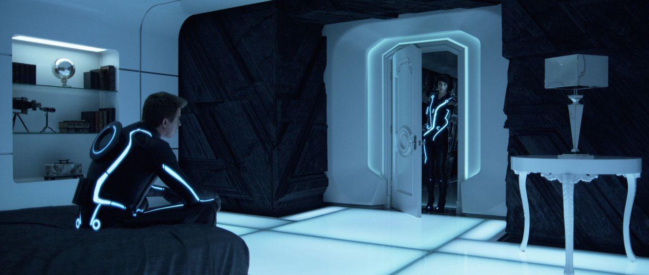 Dank Quorra (Olivia Wilde, r.) kann Sam Flynn (Garrett Hedlund, l.) dem bösen Clu entkommen, aber dieser wird nicht aufgeben ... - Bildquelle: Disney Enterprises, Inc.  All rights reserved