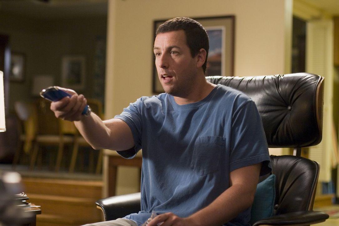 Durch die neue Universalfernbedienung hat der sonst so gestresste Michael (Adam Sandler) endlich mal wieder Zeit, sich in den Fernsehsessel zu setzen. - Bildquelle: Sony Pictures Television International. All Rights Reserved.