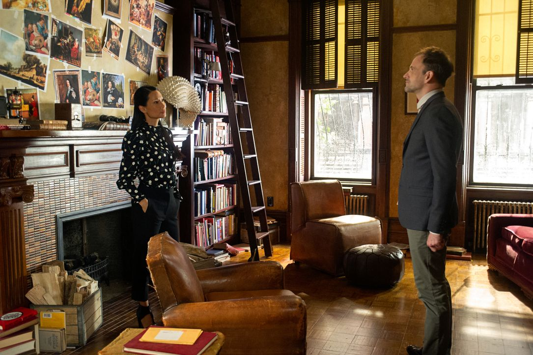 (v.l.n.r.) Dr. Joane Watson (Lucy Liu); Sherlock Holmes (Jonny Lee Miller) - Bildquelle: Jeff Neira Jeff Neira/CBS   2018 CBS Broadcasting, Inc. All Rights Reserved.