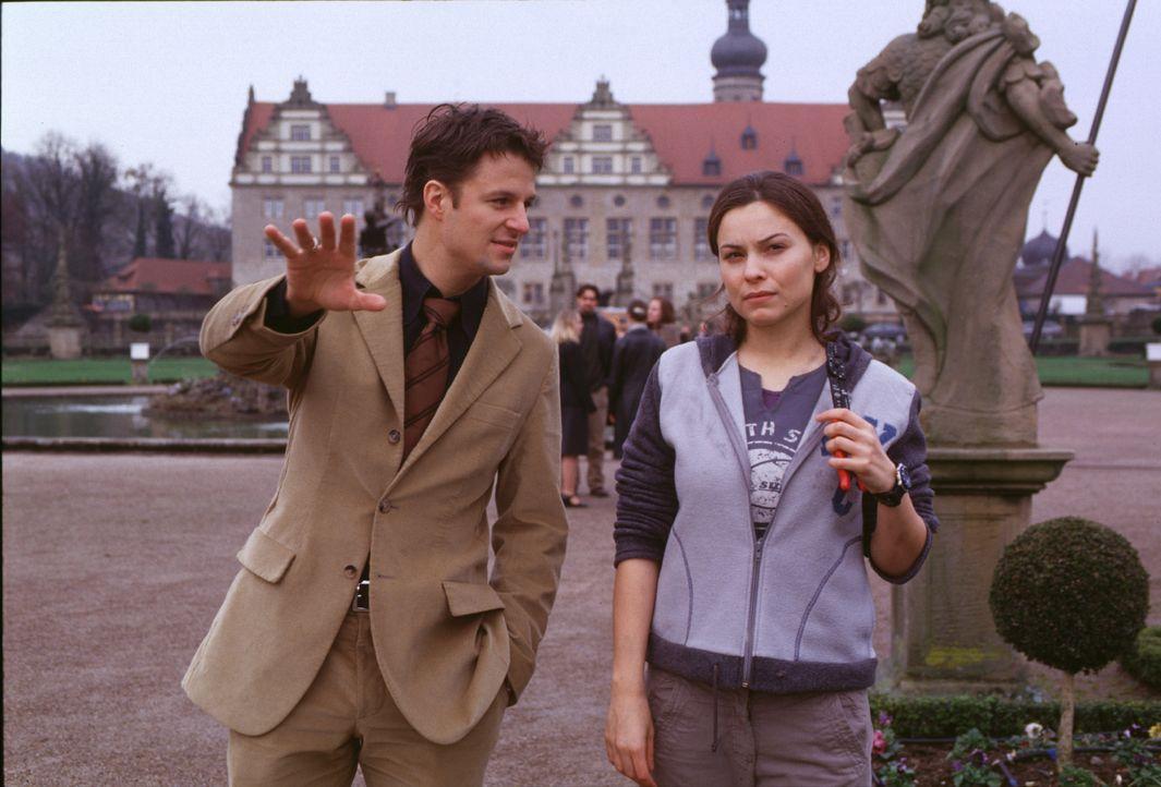 Als Jenny (Mina Tander, r.) den gut aussehenden Kommilitonen Henning (Philipp Hochmair, l.) kennen lernt, scheinen die schweren Zeiten ein Ende zu h... - Bildquelle: Elke Werner ProSieben