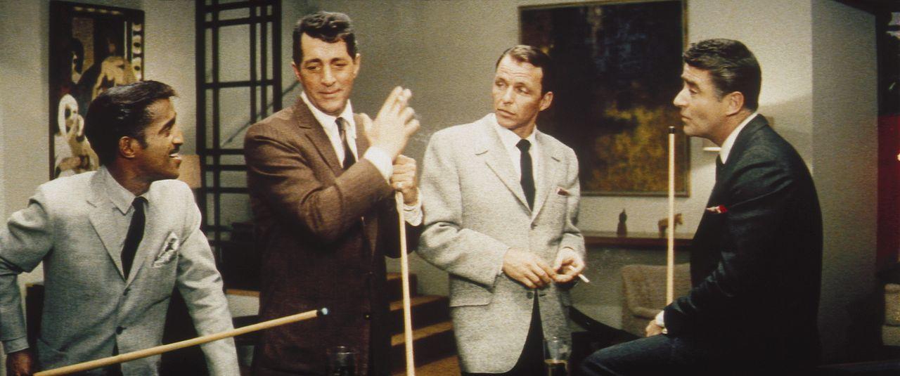 Frankie Ocean (Frank Sinatra, 2.v.r.) plant einen großen Coup, und dazu trommelt er seine ehemaligen Kameraden Josh Howard (Sammy Davis jr., l.), S... - Bildquelle: Warner Bros.