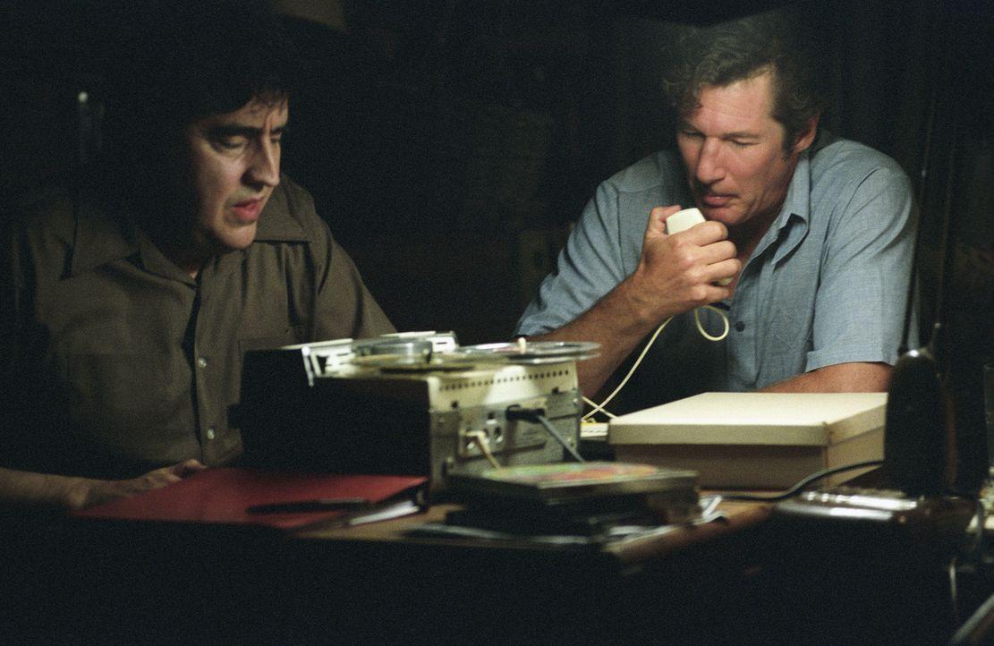 Immer tiefer verstricken sich Clifford Irving (Richard Gere, r.) und Dick Suskind (Alfred Molina, l.) ihn ihren Lügengeschichten. Sie schrecken sog...