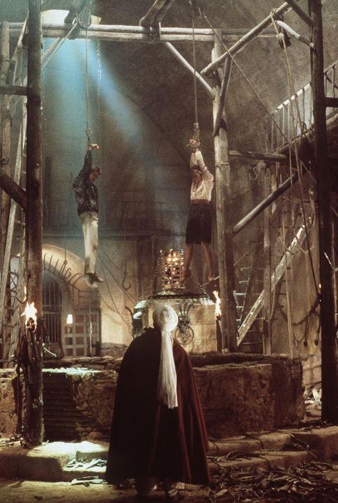 Seine Spezialität sind exquisite Foltermethoden: Omar (Spiros Focás, vorne) lässt Joan (Kathleen Turner, r.) und Jack (Michael Douglas, l.) erst ein... - Bildquelle: 20th Century Fox Film Corporation