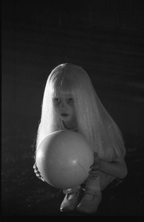 """Erscheint jedem Benutzer der Internet-Seite www.fear.com der """"böse Geist"""" in Gestalt eines kleinen blonden Mädchen (Jana Guttgemans) mit einem wei... - Bildquelle: 2003 Sony Pictures Television International. All Rights Reserved."""