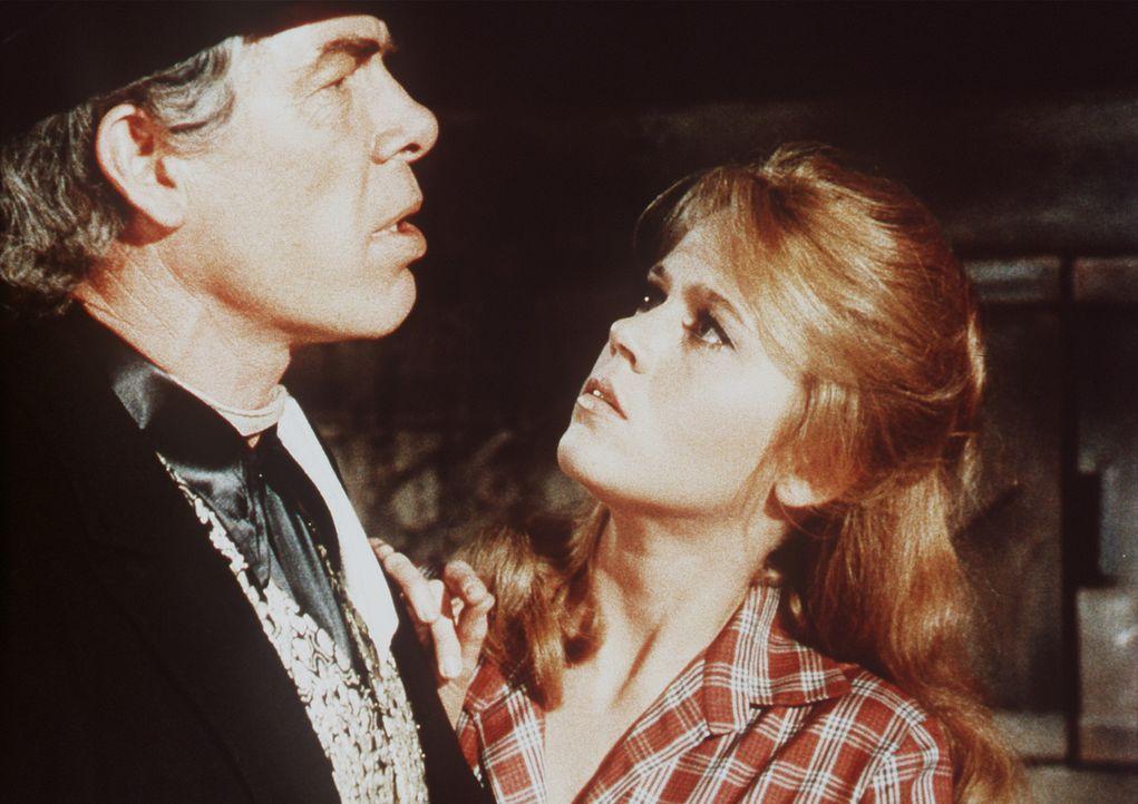 Cat Ballou (Jane Fonda, r.) will Kid Shellen (Lee Marvin , l.) davon abhalten, mit dem gefürchteten Berufskiller Strawn zu duellieren - doch der is... - Bildquelle: Columbia Pictures