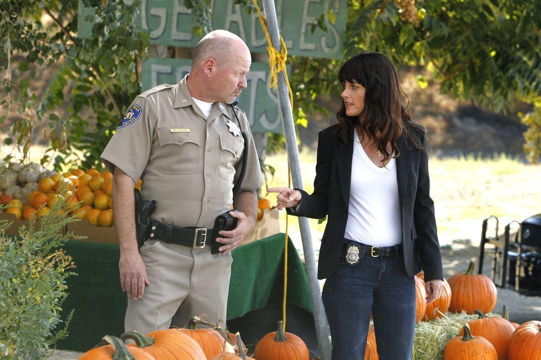 Patrick Jane wurde entführt. Sgt. Delamure (William Francis McGuire, l.) und Teresa (Robin Tunney, r.) beginnen mit den Ermittlungen und suchen am T... - Bildquelle: Warner Bros. Television