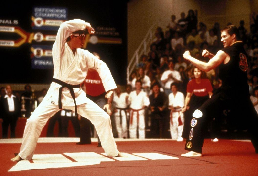 Daniel (Ralph Macchio, l.) soll seinen Titel gegen den brutalen Karatekämpfer Mike Barnes (Sean Kanan, r.) verteidigen ... - Bildquelle: Columbia Pictures