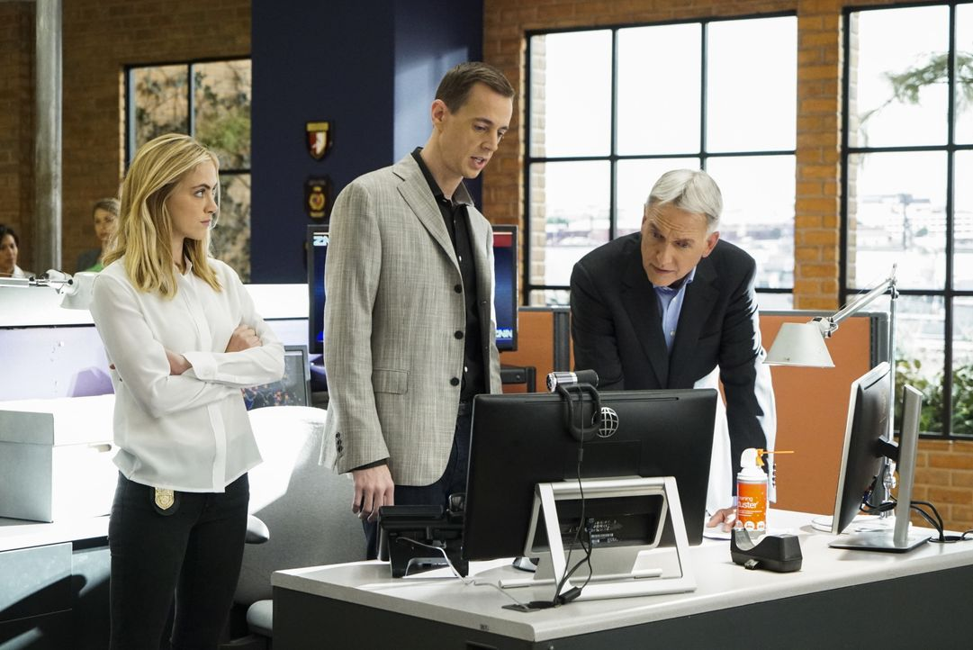 Gibbs (Mark Harmon, r.), Bishop (Emily Wickersham, l.) und McGee (Sean Murray, M.) ermitteln im Fall einer tödlichen Auto-Explosion, die offensichtl... - Bildquelle: Bill Inoshita 2016 CBS Broadcasting, Inc. All Rights Reserved / Bill Inoshita