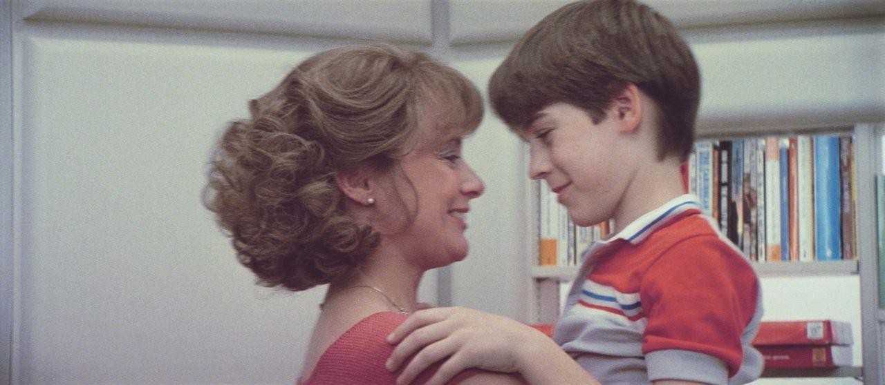 Entgegen seiner Programmierung entwickelt der Androide Daryl (Barret Oliver, r.) wahre Gefühle für seine Pflegemutter Joyce (Mary Beth Hurt, l.) ... - Bildquelle: Paramount Pictures