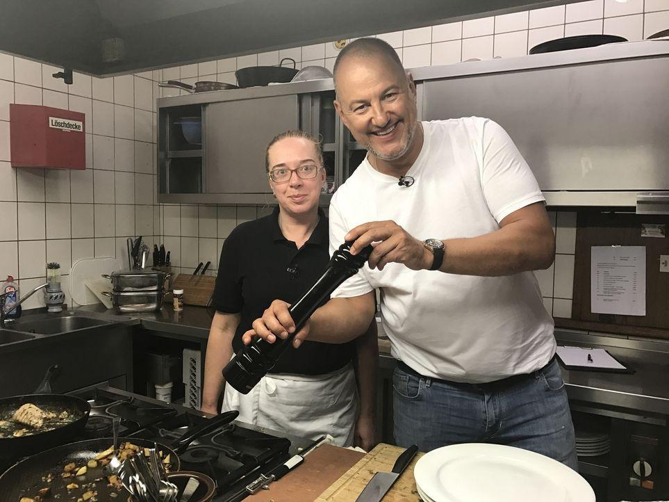 Heike (l.) schmeißt als ungelernte Köchin die Küche und den Hotelbetrieb in  der Heideschänke alleine und ist vollkommen überfordert damit. Kann Ste... - Bildquelle: kabel eins