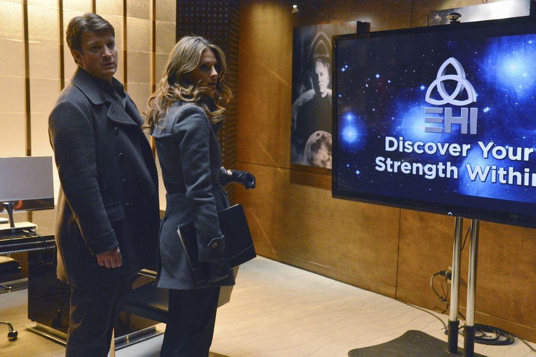 Stehen vor einem Problem: Beckett (Stana Katic, r.) und Castle (Nathan Fillion, l.) haben drei Geständnisse, aber nur einen Mord ... - Bildquelle: 2013 American Broadcasting Companies, Inc. All rights reserved.