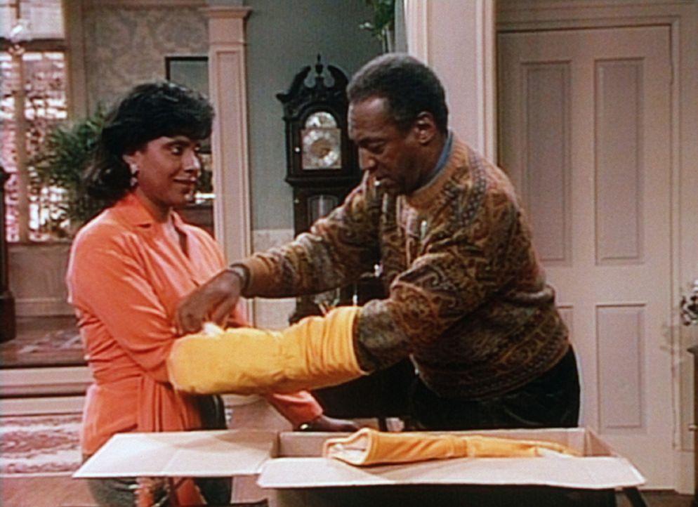 Clair (Phylicia Rashad, l.) ist nicht sehr begeistert, als Cliff (Bill Cosby, r.) ihr seine neueste technische Spielerei vorführt: elektrisch behei... - Bildquelle: Viacom