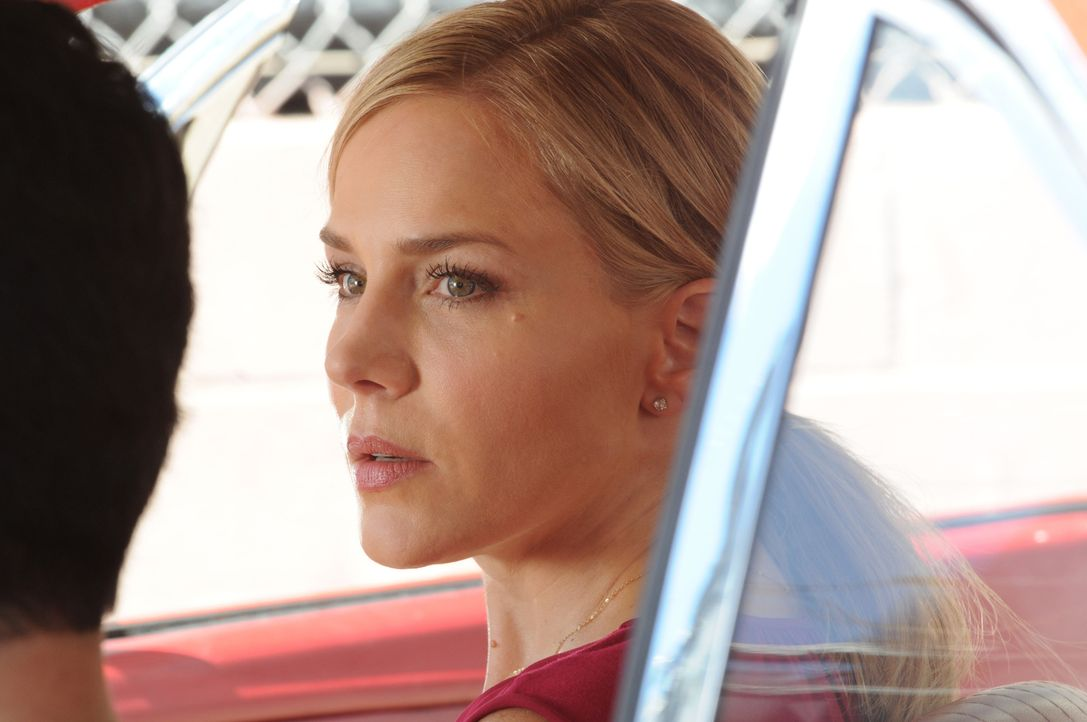 Hilft Chin dabei, eine Reihe blutiger Morde an chinesischen Waffenhändlern aufzuklären: Inspector Abby Dunn (Julie Benz) ... - Bildquelle: Norman Shapiro 2015 CBS Broadcasting, Inc. All Rights Reserved