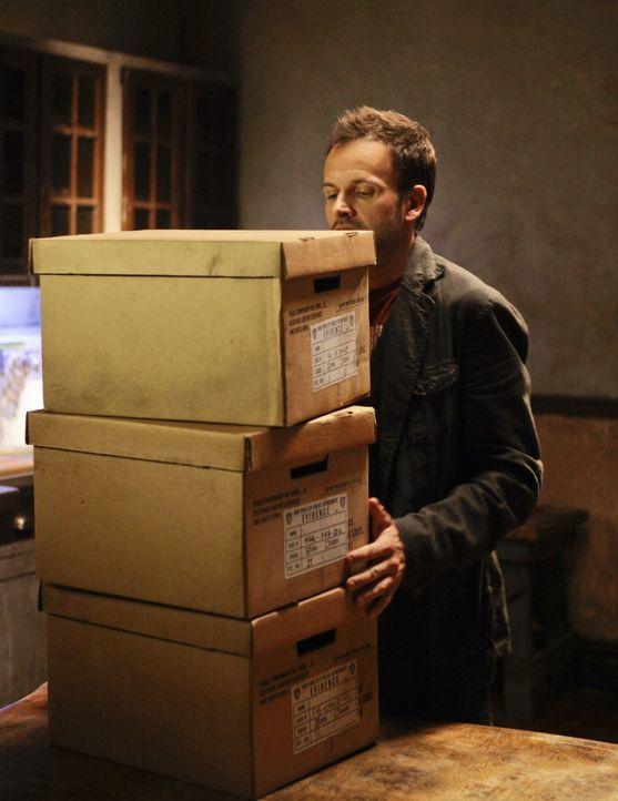 Versucht, einen Fall von Kindesentführung aufzudecken: Sherlock (Jonny Lee Miller) ... - Bildquelle: CBS Television