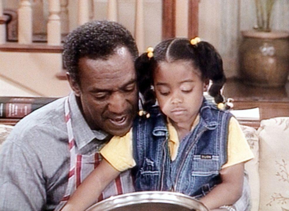 Cliff (Bill Cosby, l.) muss seine kleine Rudy (Keshia Knight Pulliam, r.) trösten, die es als einzige nur traurig findet, dass Denise bald das Haus... - Bildquelle: Viacom