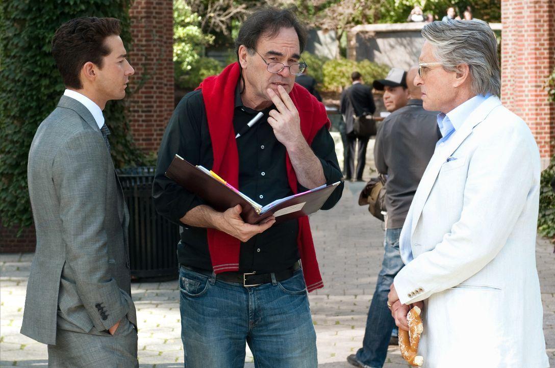 Besprechung: Regisseur Oliver Stone (M.) mit den Hauptdarstellern Michael Douglas (r.) und Shia LaBeouf (l.) - Bildquelle: TM and © 2010 Twentieth Century Fox Film Corporation.  All rights reserved.  Not for sale or duplication.