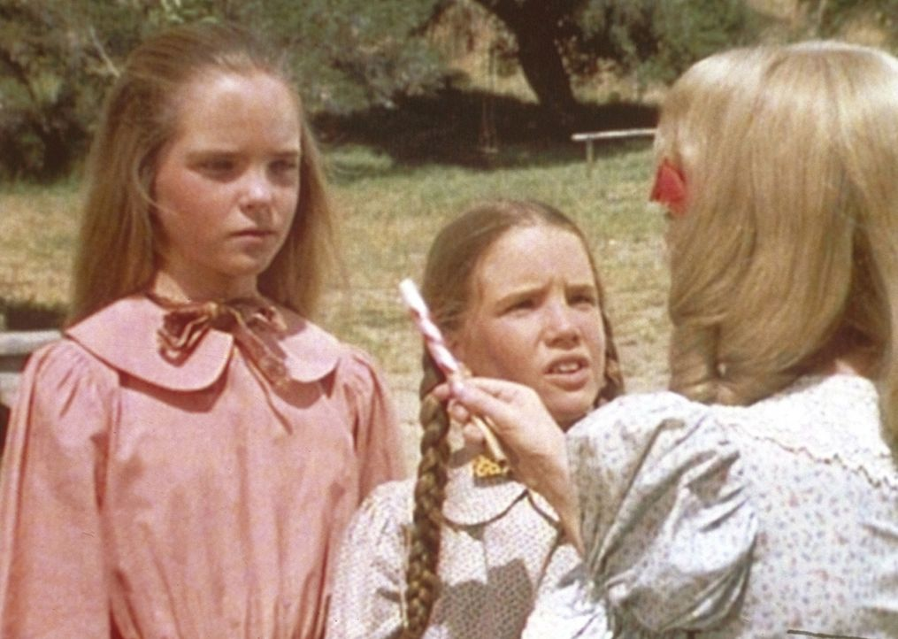 Mary (Melissa Sue Anderson, l.) und Laura (Melissa Gilbert, M.) können Nellies Angeberei nicht mehr ertragen. - Bildquelle: Worldvision