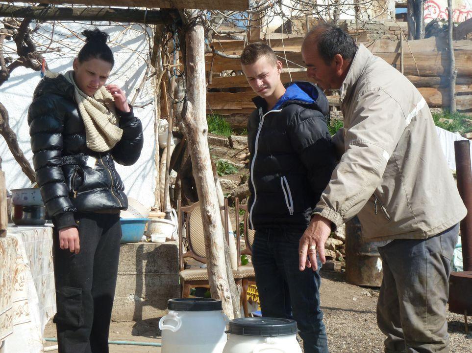 In der abgeschiedenen Bergwelt Mazedoniens, fern ab jeglicher Zivilisation, wohnt Schäfer Krume (r.). Er zeigt den beiden Teenagern David (M.) und... - Bildquelle: kabel eins