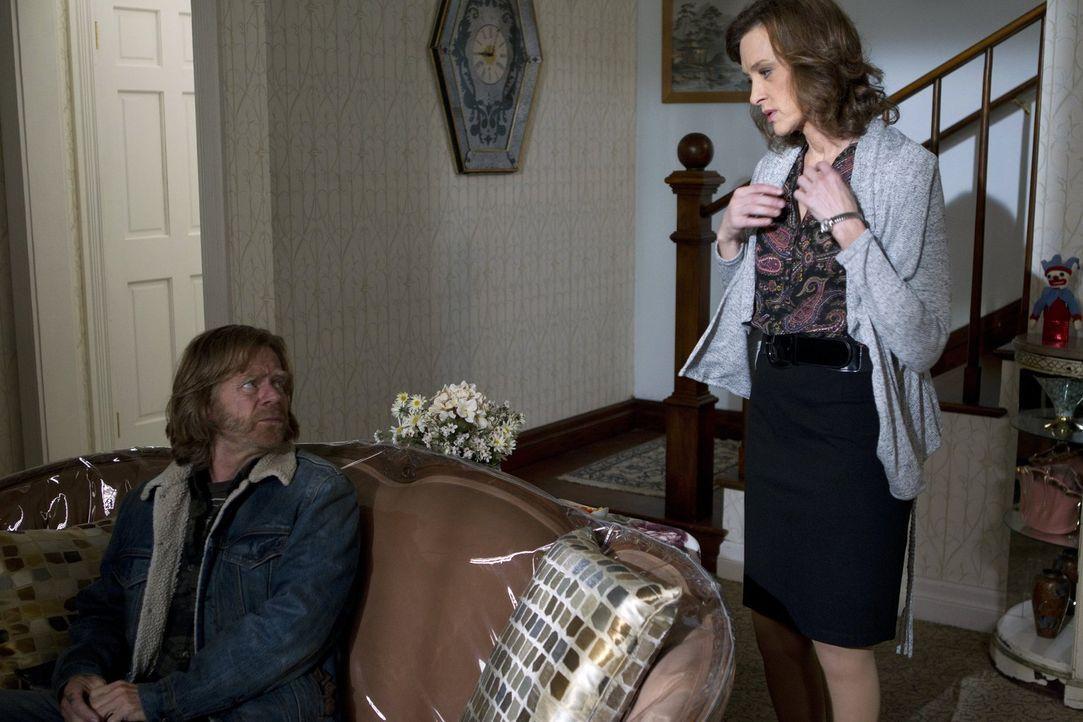 Während es Monica zuhause immer schlechter zu gehen scheint, versucht Frank (William H. Macy, l.) seine Freundin Sheila (Joan Cusack, r.) zu hinterg... - Bildquelle: 2010 Warner Brothers
