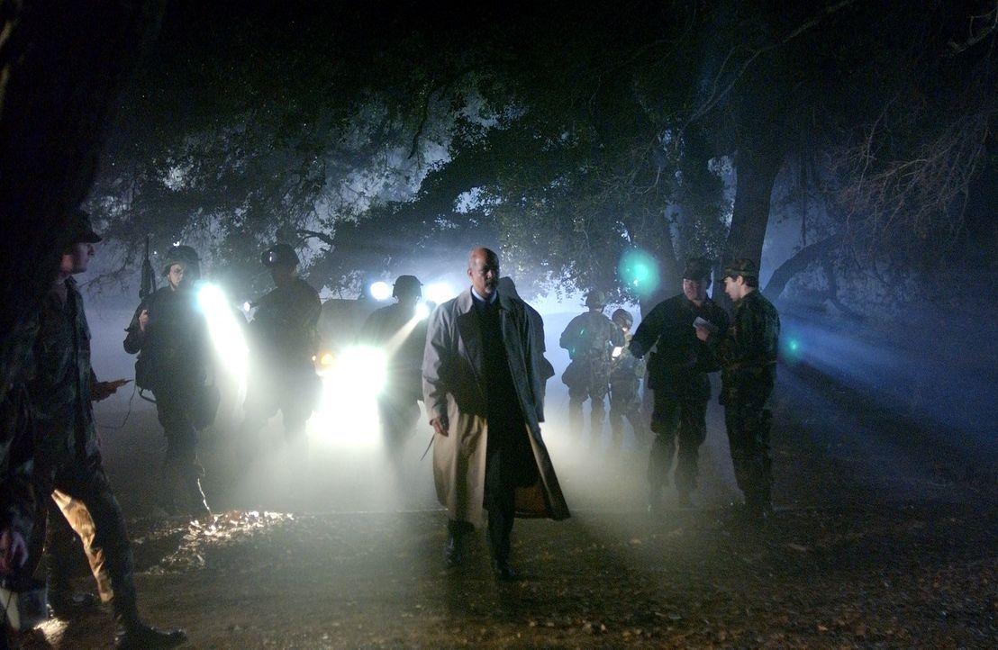 Wasach (Michael Warren, M.) muss sich mit mörderischen Bestien herumärgern, die auf der Jagd nach dem perfekten Organismus sind ... - Bildquelle: 2007 MGM International Television Distribution