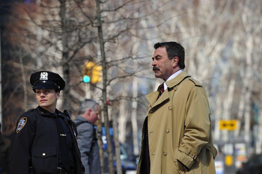 Frank (Tom Selleck, r.) sorgt sich um den Ruf des NYPD, als ein sich in Polizeigewahrsam befindlicher Straftäter von einem Polizisten umgebracht wir... - Bildquelle: 2013 CBS Broadcasting Inc. All Rights Reserved.