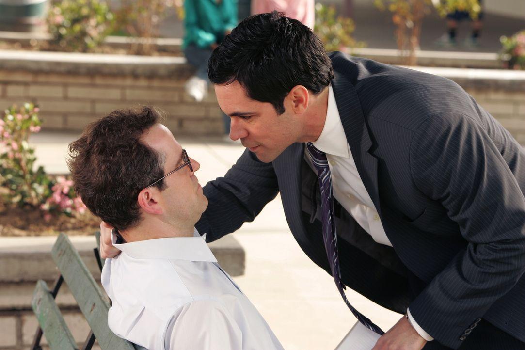 Scott Valens (Danny Pino, r.) fühlt dem Verdächtigen Bob (Christopher Goodson, l.) auf den Zahn ... - Bildquelle: Warner Bros. Television