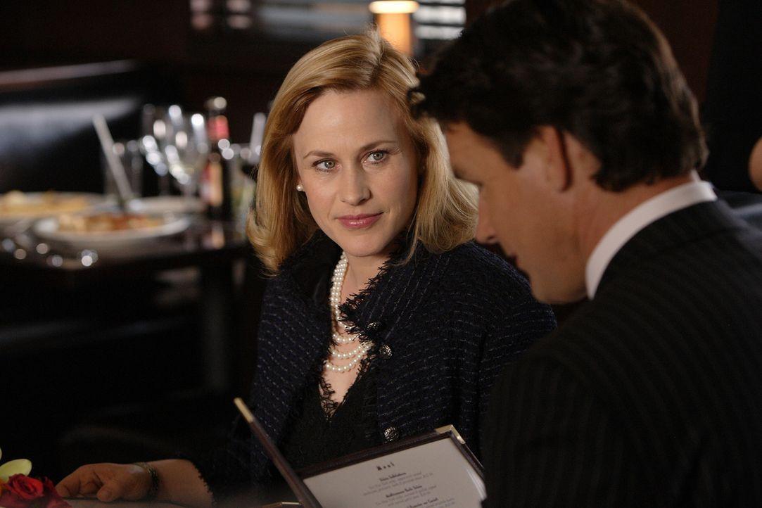 Im Traum erfährt Allison (Patricia Arquette, l.) wie ihr Leben verlaufen wäre, wenn sie ihren Jugendfreund J.D. (David James Elliott, r.) geheiratet... - Bildquelle: Paramount Network Television