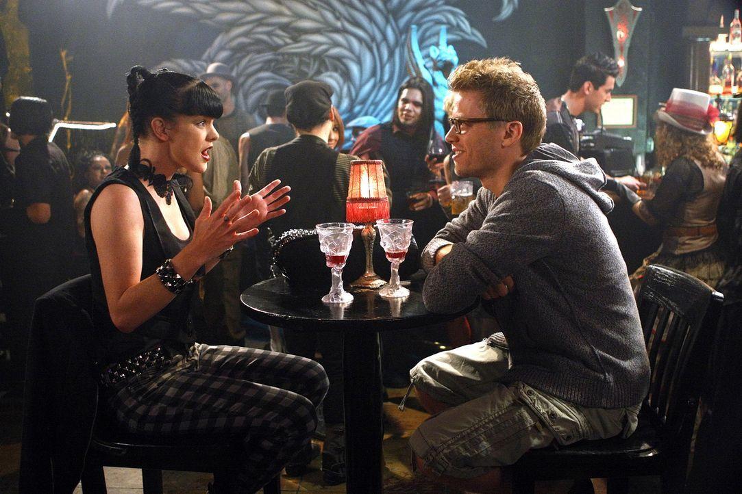 Um einen Mordfall aufzudecken wird Abby (Pauley Perrette, l.) ins Spiel gebracht. Als sie dann mit Eric (Barrett Foa, r.) in einem Goth-Club ist,  w... - Bildquelle: CBS Studios Inc. All Rights Reserved.