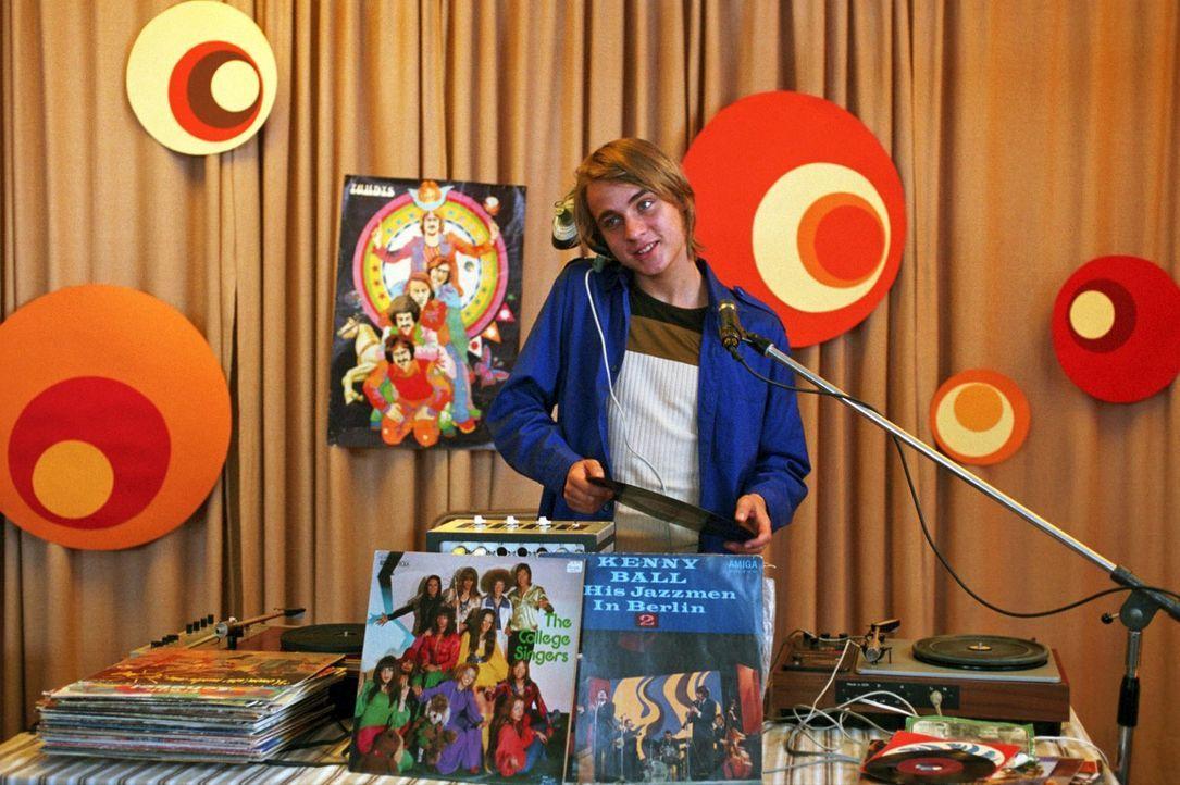 Frank Wappler (Constantin von Jascheroff) bringt als Schallplattenunterhalter die Lagerdisko in Schwung - und hat dabei nur Augen für Jenny. Die mu... - Bildquelle: Aki Pfeiffer Sat.1