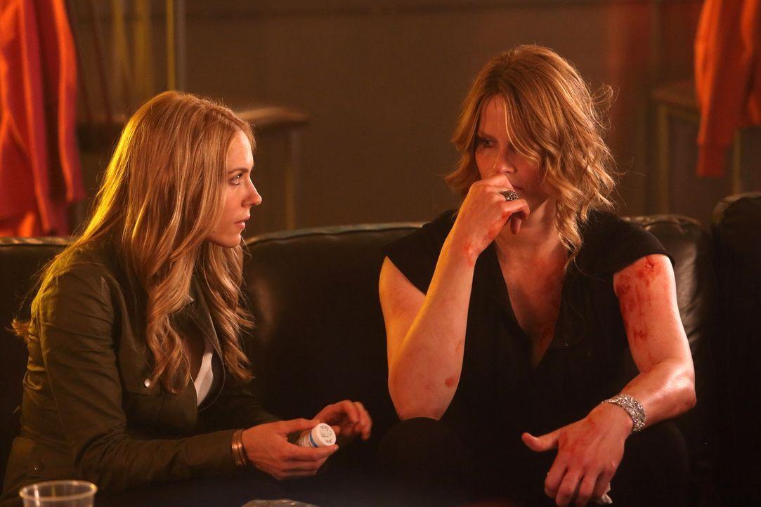 Die Psychiaterin Dr. Clara Malone (Brooke Nevin, l.) muss sich um die schwer angeschlagene Annika Marné (Monika Schnarre, r.) kümmern. Bei einer Sch... - Bildquelle: BetaFilm