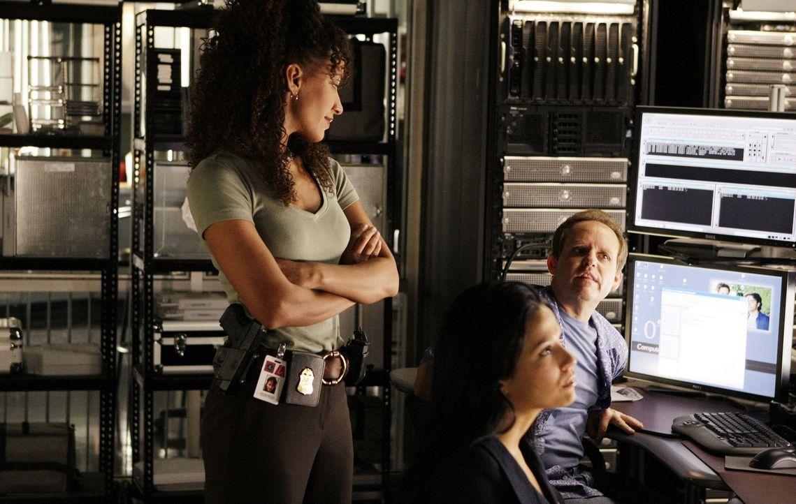 Nikki Betancourt (Sophina Brown, l.), Amita Ramanujan (Navi Rawat, M.) und Larry Fleinhart (Peter MacNicol, r.) recherchieren, um den Fall aufzuklä... - Bildquelle: Paramount Network Television