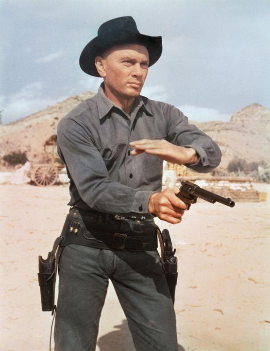 """Chris (Yul Brynner), der Anführer der """"glorreichen Sieben"""", ist im Umgang mit der Waffe ein As. Doch wird das genügen, um das Dorf vor dem üblen... - Bildquelle: 1960 METRO-GOLDWYN-MAYER STUDIOS INC. All Rights Reserved."""