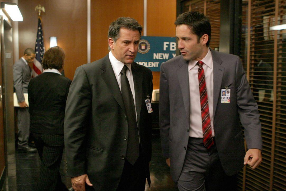 Ein gefährlicher Terrorist halt Danny (Enrique Murciano, r.) und Jack (Anthony LaPaglia, l.) auf Trab ... - Bildquelle: Warner Bros. Entertainment Inc.