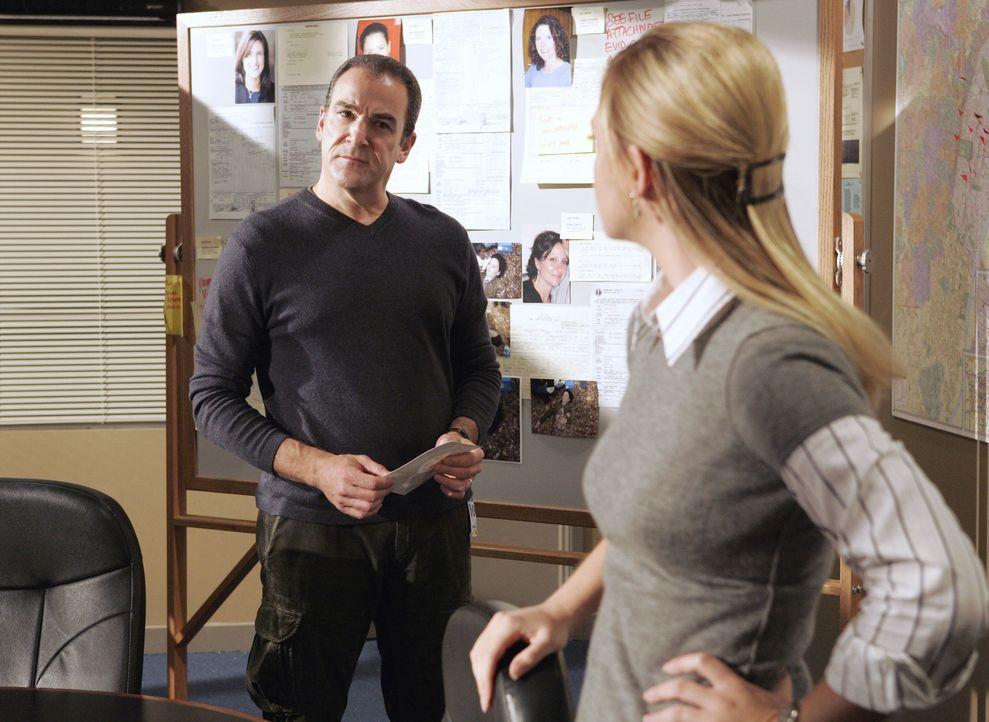 Zwei Serienkiller liefern sich einen begnadeten Wettstreit. Gideon (Mandy Patinkin, l.) und JJ (A.J. Cook, r.) suchen nach Hinweisen, um die Killer... - Bildquelle: Touchstone Television
