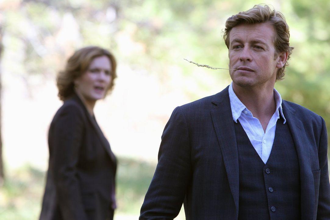 Bevor Patrick (Simon Baker, r.) sich einen neuen Fall widmen kann, wird er von der FBI-Agentin Susan Darcy (Catherine Dent, l.) gebeten, ihr bei der... - Bildquelle: Warner Bros. Television