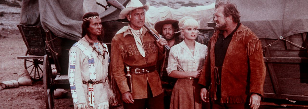 Der Geier-Bande ist ein weiterer grausamer Überfall gelungen. Winnetou (Pierre Brice, l.) und seine Freunde Old Surehand (Stewart Granger, M.), Old... - Bildquelle: Columbia Pictures