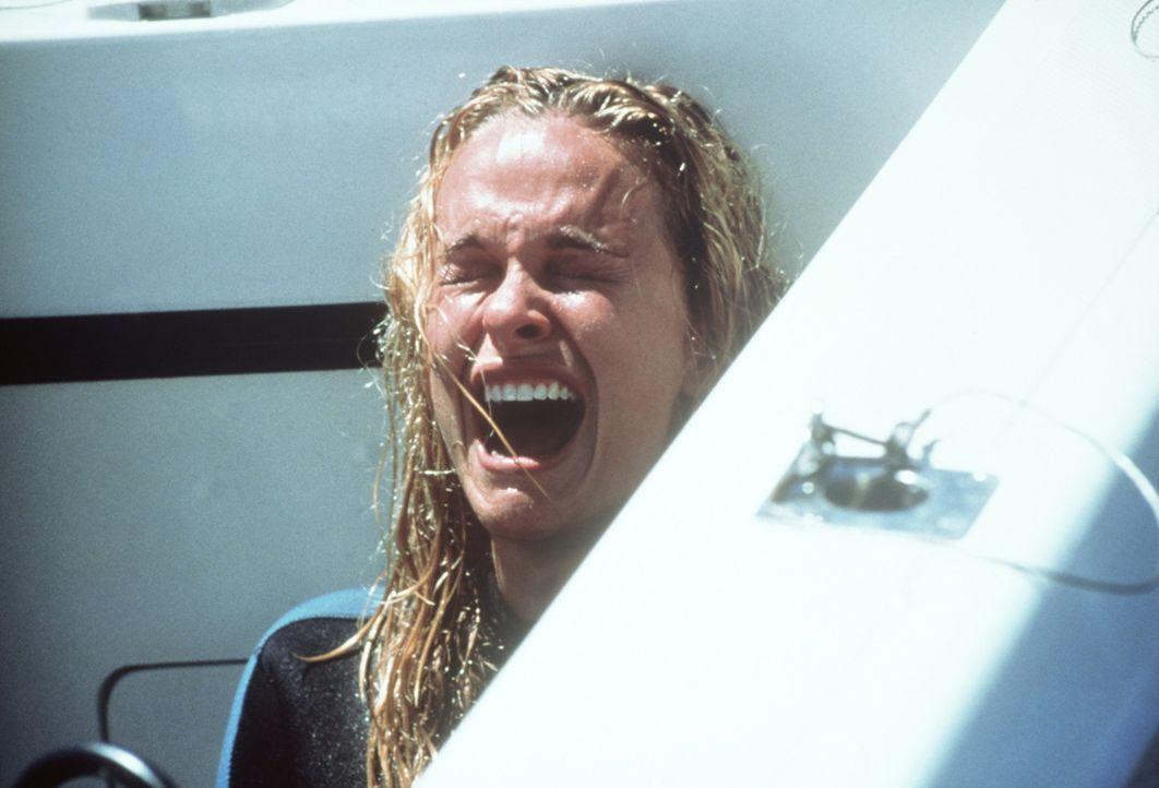 In letzter Sekunde kann Samantha (Nikita Ager) dem Hai entkommen. Ihre Schwester jedoch kann dessen Beißerchen nicht mehr entgehen ... - Bildquelle: Nu Image