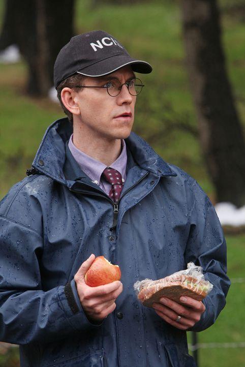 Ahnt noch nicht, dass sein Leben bald in großer Gefahr sein wird: Jimmy (Brian Dietzen) ... - Bildquelle: CBS Television