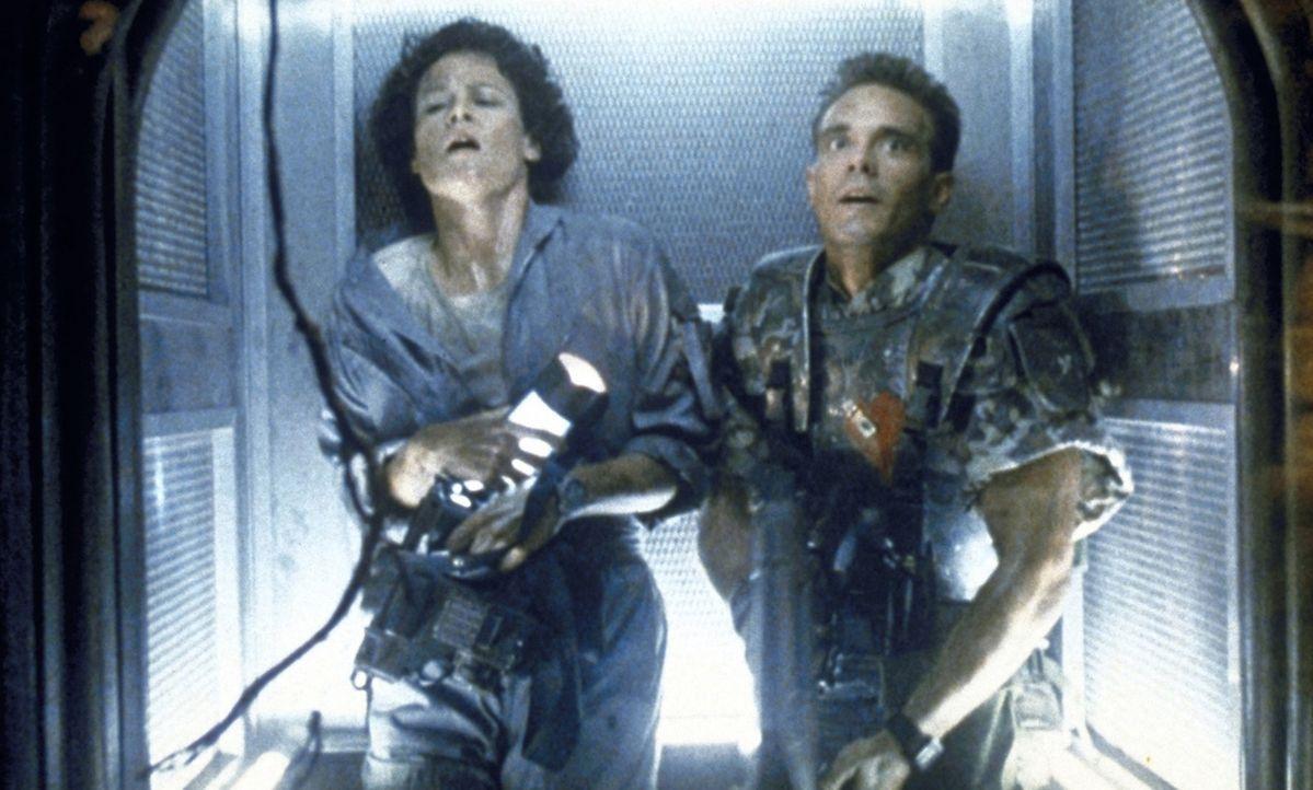 Ripley (Sigourney Weaver, l.) und Hicks (Michael Biehn, r.) versuchen verzweifelt, den gefräßigen Aliens zu entkommen... - Bildquelle: 20th Century Fox of Germany