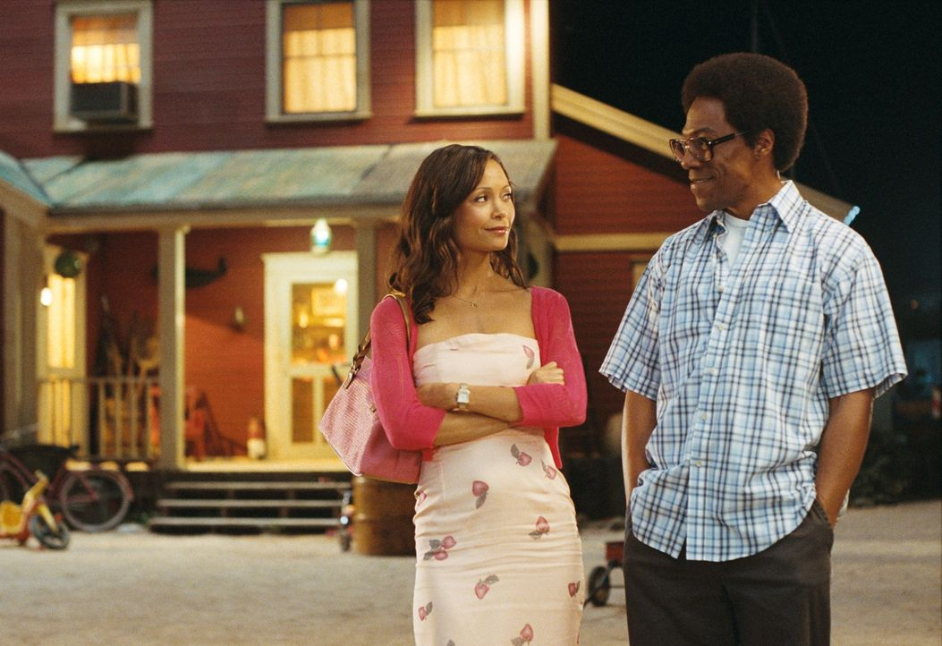 Als eines Tages seine Jugendliebe Kate (Thandie Newton, l.) zurückkommt, braucht Norbit (Eddie Murphy, r.) einen guten Plan, um seine Verlobte Raspu... - Bildquelle: 2007 DREAMWORKS LLC. All Rights Reserved.
