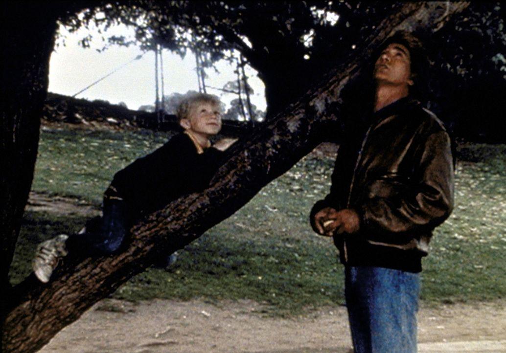 "Stevie (Garette Patrick Ratliff, l.) erzählt Jonathan (Michael Landon, r.) von seinem Superhelden ""Amazing Man"". - Bildquelle: Worldvision Enterprises, Inc."
